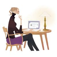 自宅でノートパソコンでwebサイトを見て楽しむ女性 02674000077| 写真素材・ストックフォト・画像・イラスト素材|アマナイメージズ