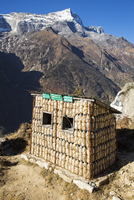 Namche Bazaar, Nepal. A recycling hut, made out of plastic bottles. 20088108604| 写真素材・ストックフォト・画像・イラスト素材|アマナイメージズ